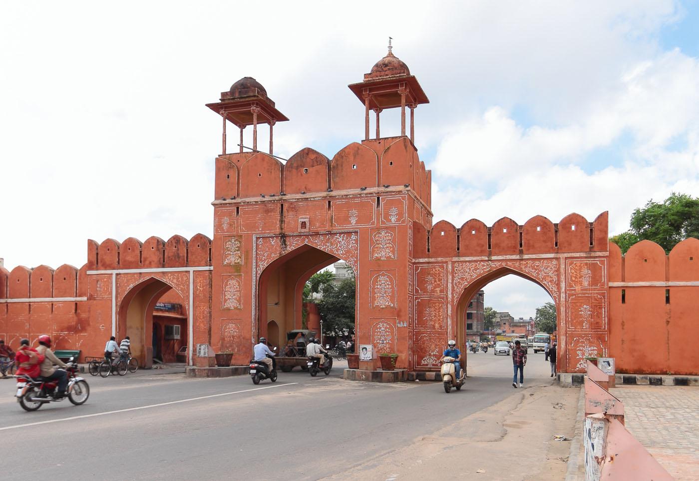 Фото 4. Отчет об экскурсии по Золотому треугольнику Индии. Ворота Джайпура
