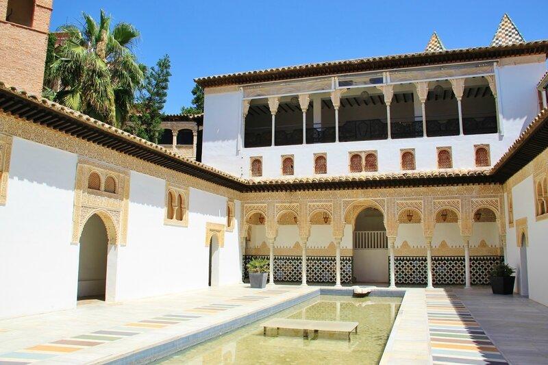 Двор королевского дворца в Альгамбре