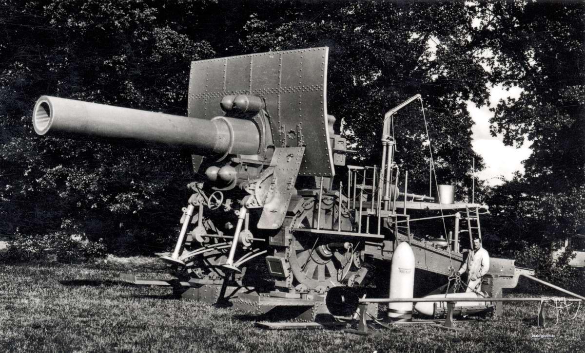 Деревянная модель мортиры Большая Берта калибра 42 см, изготовленой в натуральную величину (1932 год)
