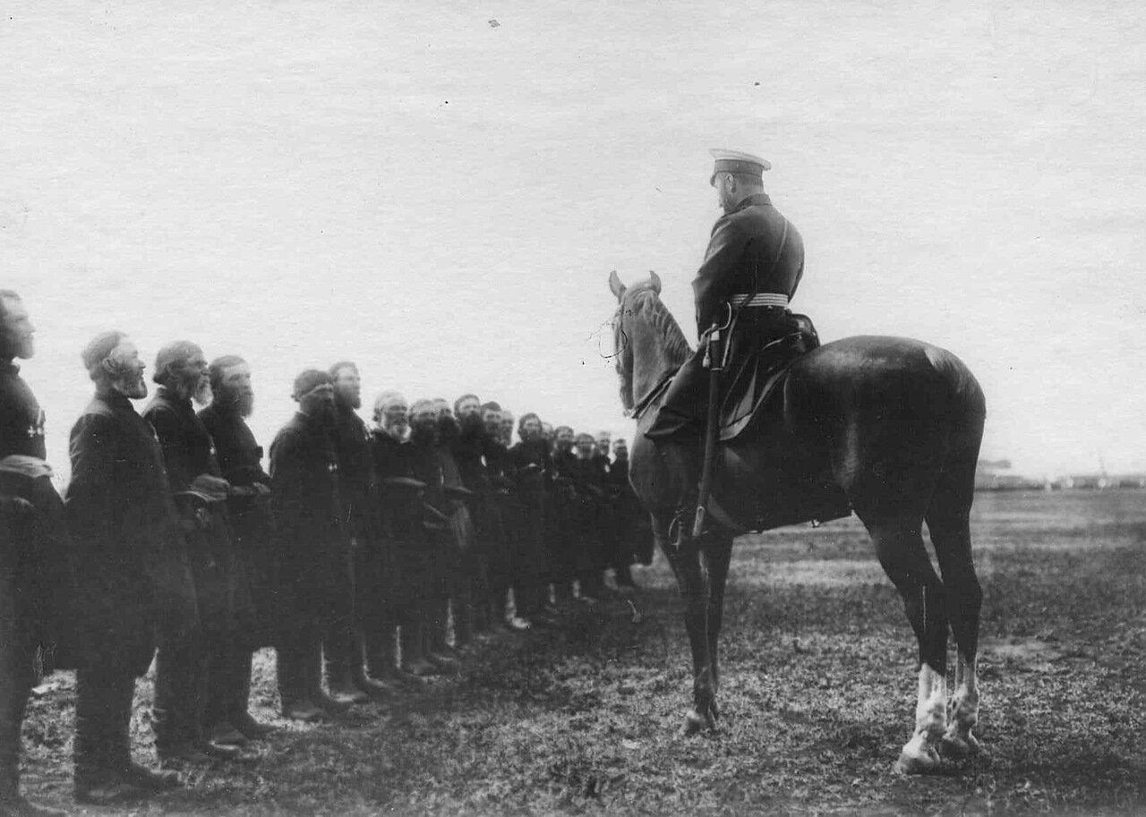 17. Император Николай II беседует с волостными старшинами во время приезда его к месту расположения войск, направляемых на Дальний Восток. Харьков