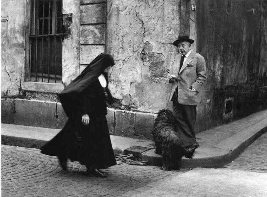 1952. Жан Превер наблюдает за монахиней