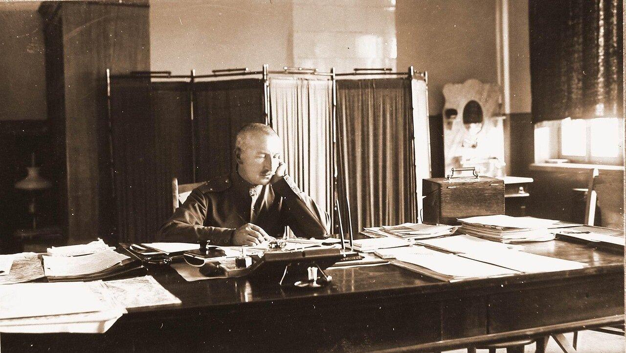 07. Начальник штаба Генерального штаба генерал-майор Беляев за работой в кабинете. Ковель. 1915