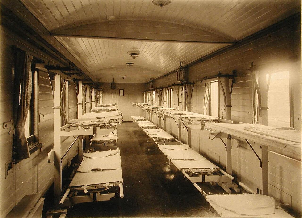03. Внутренний вид одного из вагонов III класса на 16 мест с приспособлениями Кригера для тяжелораненых