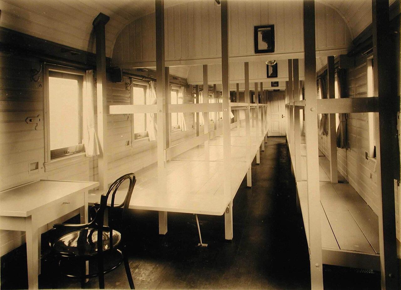 08. Внутренний вид одного из вагонов III класса на 28 мест (оборудован нарами по образцу 1877-1878 г.г.)