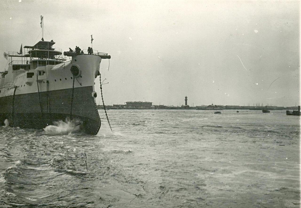 31.Экадренный броненосец Слава после спуска на воду бросает якорь. 29 августа 1903