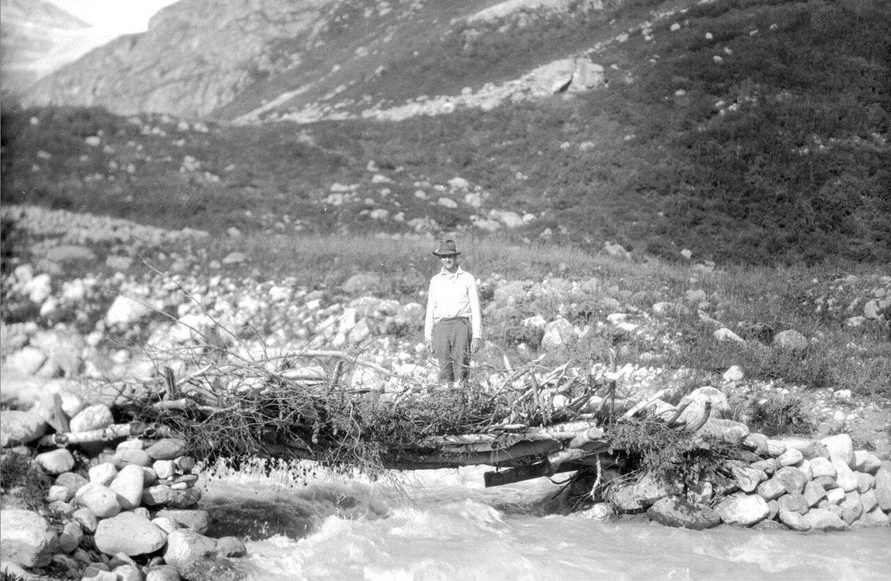 Мужчина у моста на Верхней Накре