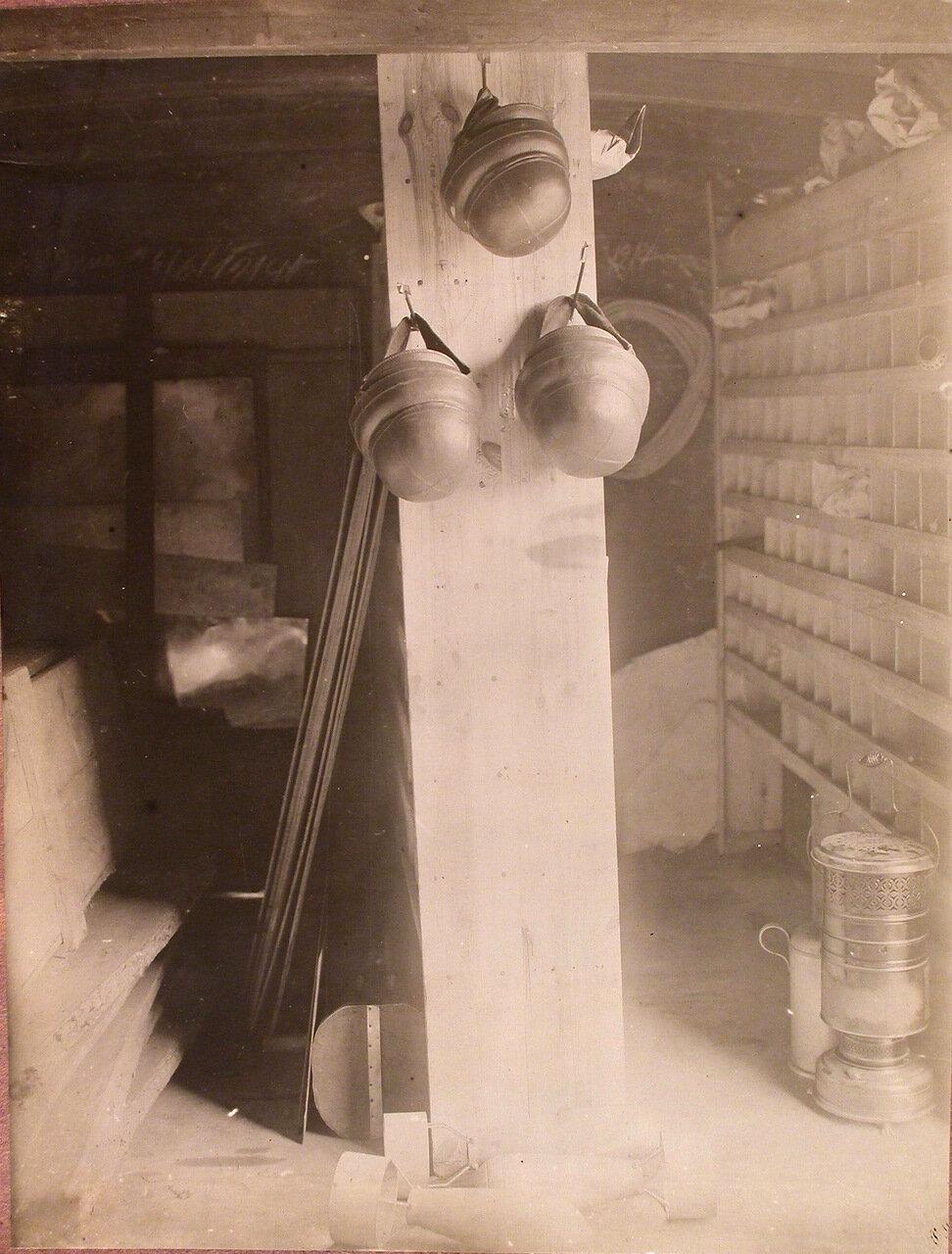 03. Вид части склада запасных частей, разместившегося в одном из вагонов железнодорожного состава, перевозившего подвижную авиационную мастерскую