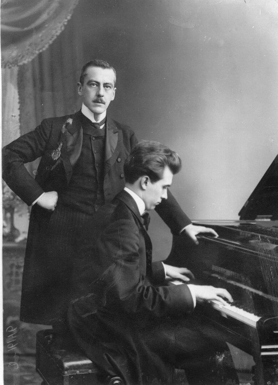 21. Профессор консерватории пианист А.Г.Лемба и Р.М.Дидерих (стоит у рояля)