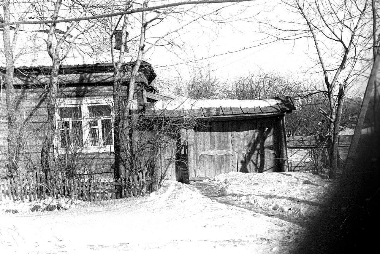 1981. Рядом с улицей Нижняя. Еще одно, несколько более раннее фото дома с воротами. Перед домом еще не снесенный заборчик