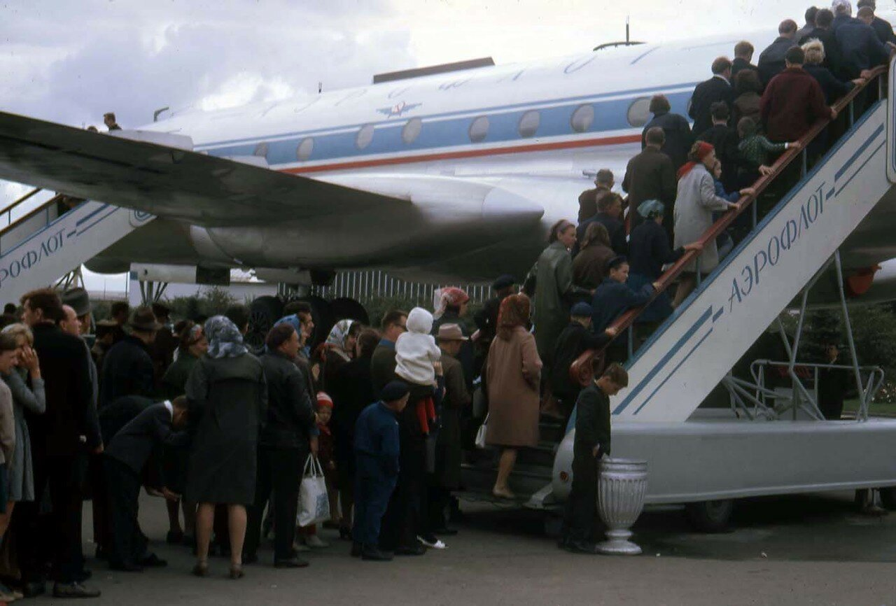 07. Люди выстраиваются на экскурсию по внутренней части самолета