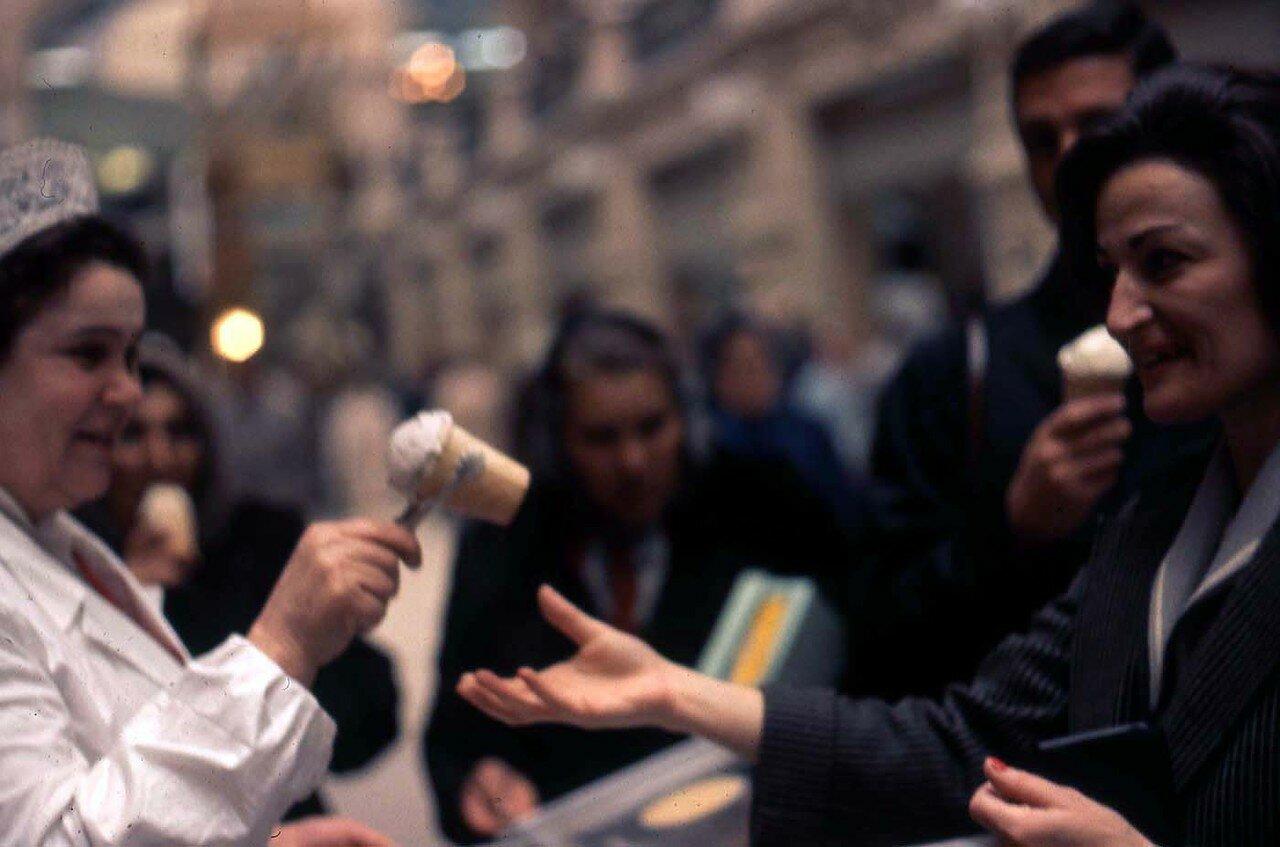 1964. Покупаем мороженое в ГУМе