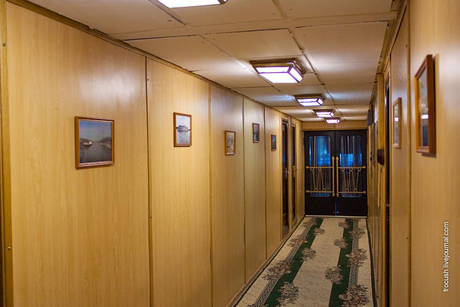 Коридор в кормовой части главной палубы теплохода «М.В.Ломоносов»