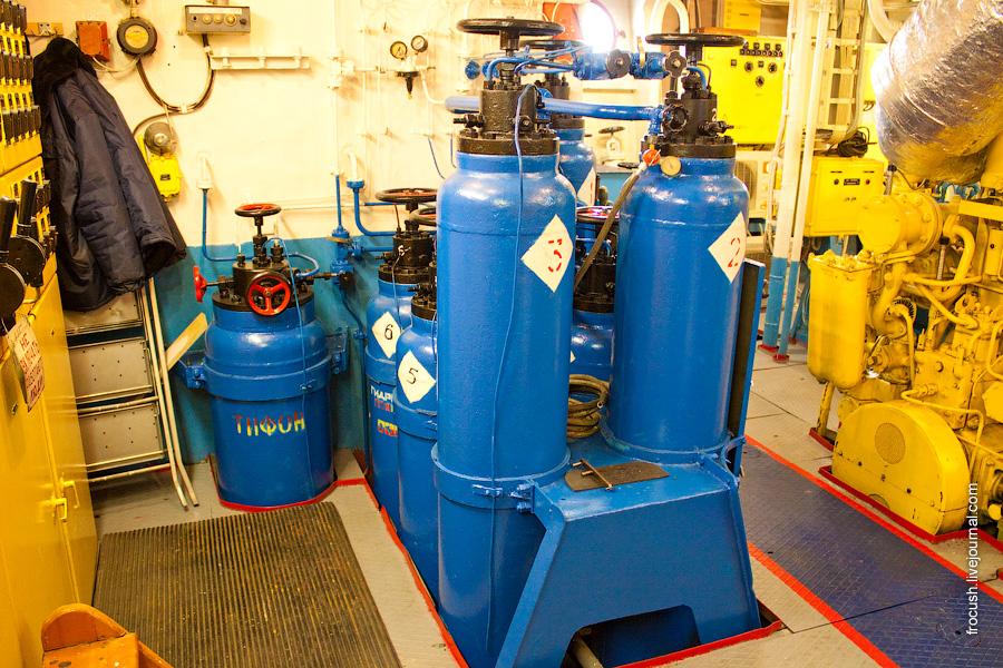 Машинное отделение теплохода «М.В.Ломоносов». Баллоны сжатого воздуха (дизель запускается не стартером, а сжатым воздухом)