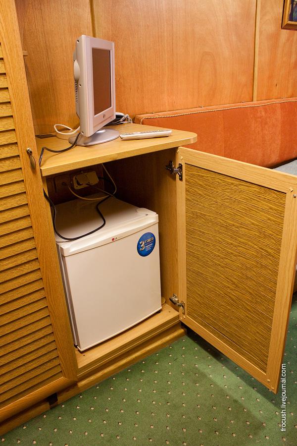 Холодильник в двухместной каюте первого класса на главной палубе №208 теплохода «М.В.Ломоносов»