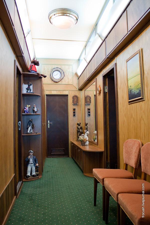 Коридор в VIP каюте №300 в носовой части средней палубы теплохода «М.В.Ломоносов»