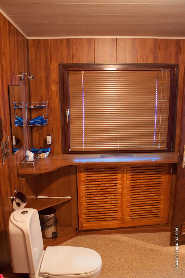 Санузел по левому борту в VIP каюте №300 в носовой части средней палубы теплохода «М.В.Ломоносов»