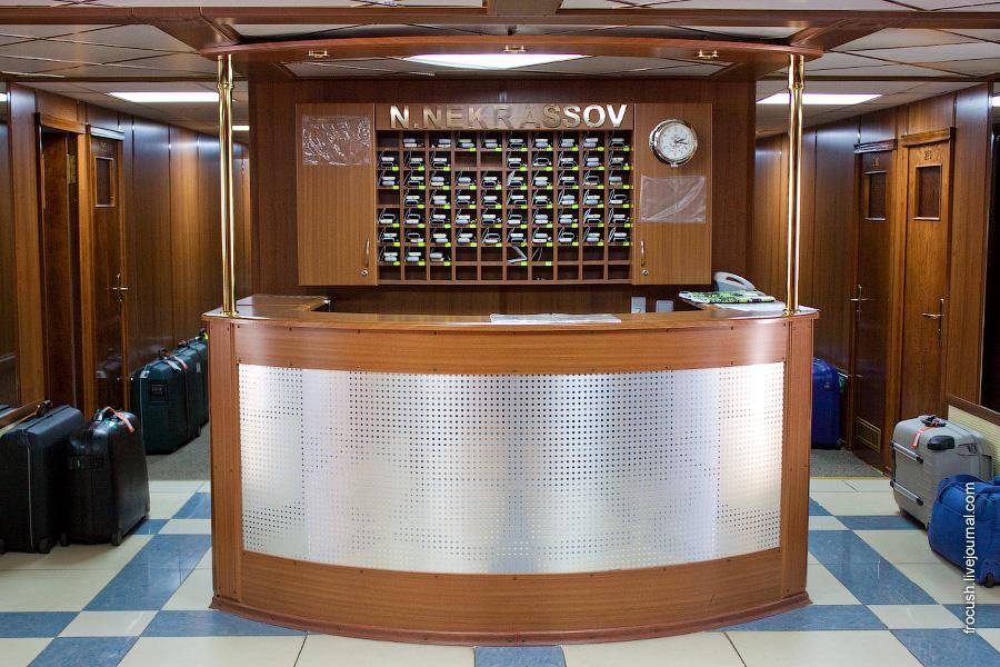 Стойка регистрации на главной палубе теплохода «Н.А.Некрасов»
