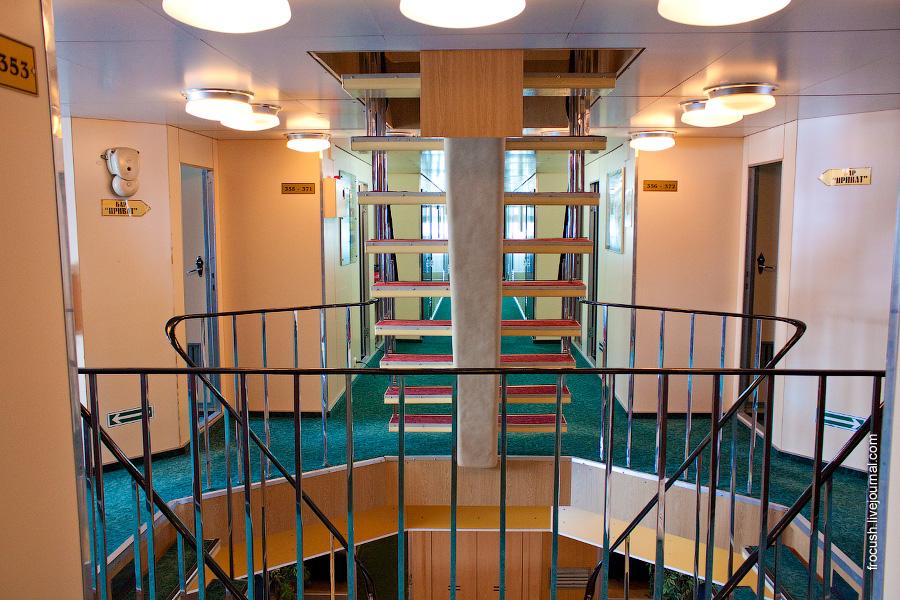 Лестница в носовой части средней палубы теплохода «Санкт-Петербург»