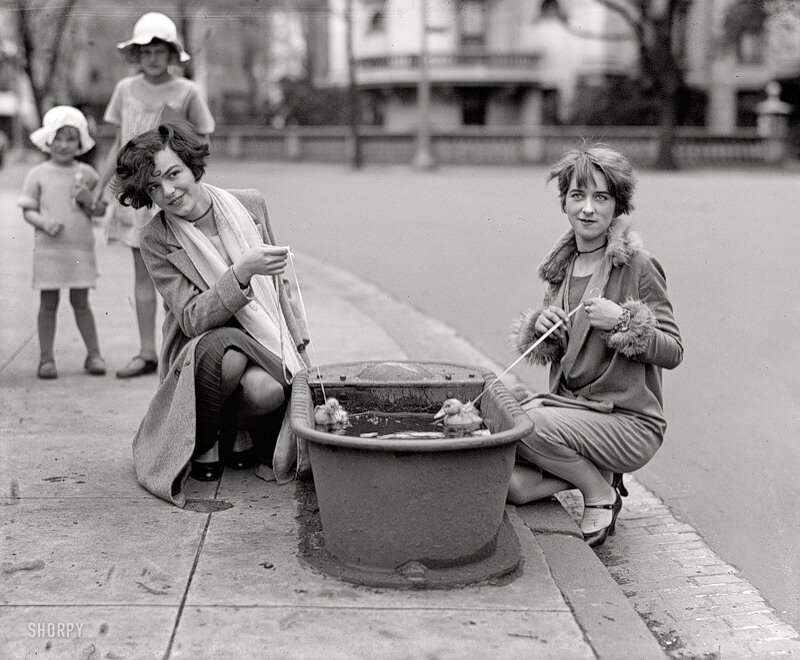 1927,раньше на улицах были вот такие корыта-поилки для лошадей.