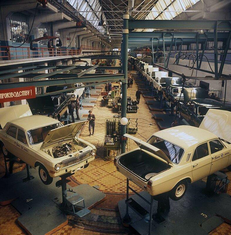 1985 12 апреля С конвейера Горьковского автозавода сошёл миллионный экземпляр Волги ГАЗ-25 фото Дмитрия Бальтерманца.jpg