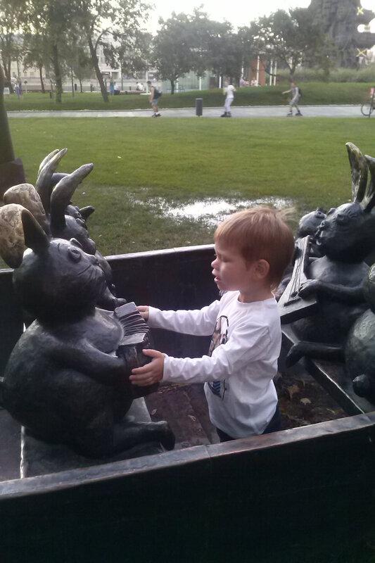 степа дирижирует ансамблем зайцев им церетели.bmp