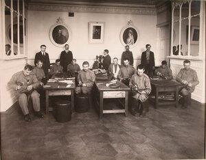 Группа нижних чинов, призреваемых в убежище, за работой в зимней сапожной мастерской.
