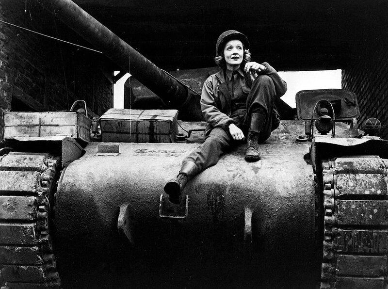 Марле Дитрих на американском танке
