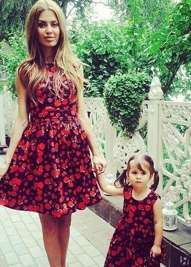 Мама с дочкой в примерочной  фотография