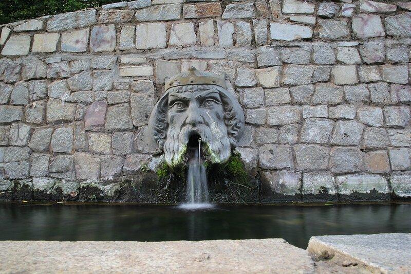 Скульптурный фонтан-маска в овраге Засора в Кирове
