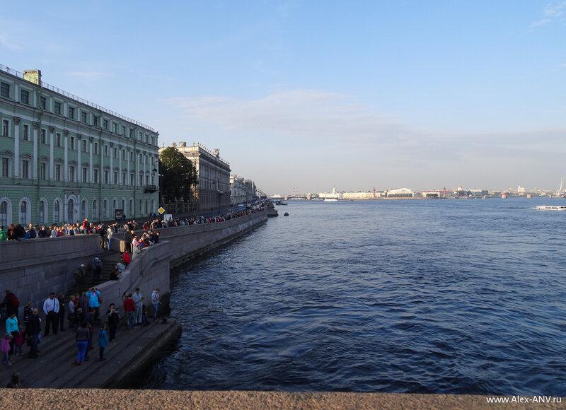 Несмотря на раннее воскресное утро, народу на набережных города очень много. Не каждый день увидишь, как среди бела дня сначала разведут три моста в самом центре города, а затем проведут под ними знаменитый крейсер.
