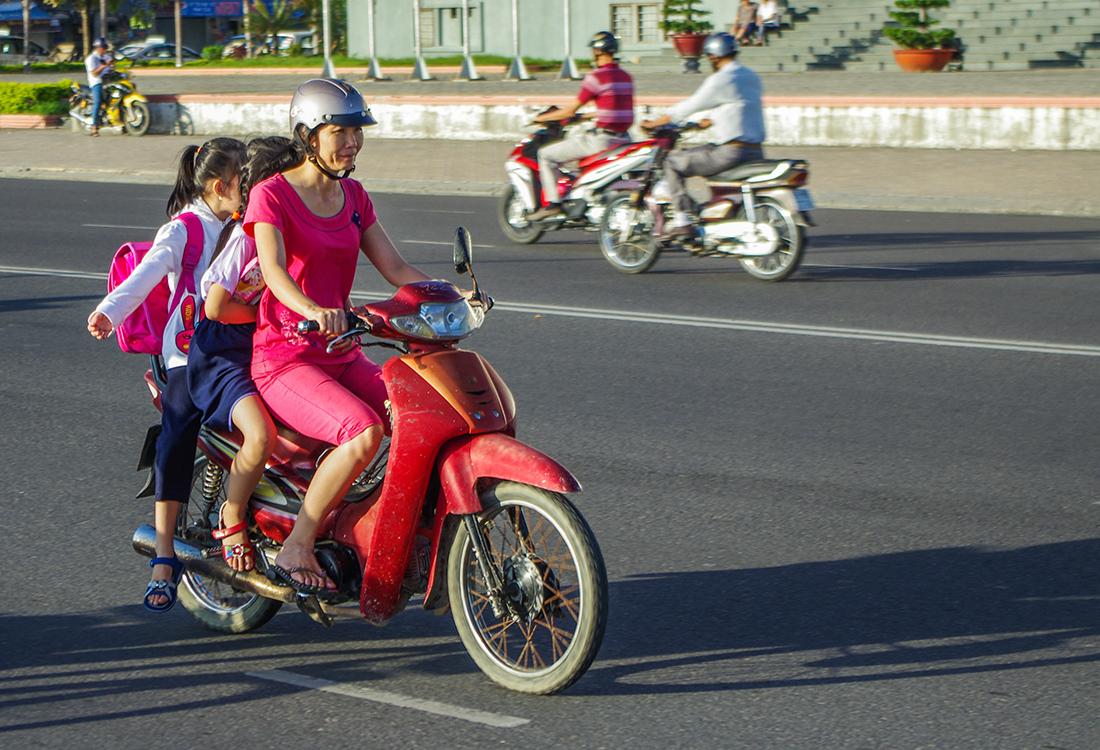 Симпатичная деревенская девушка на мотоцикле фото фото 410-307