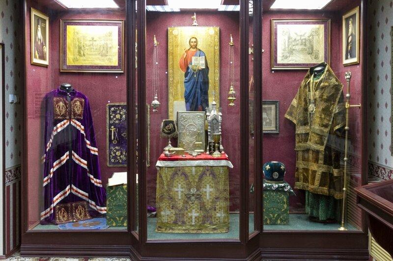 Облачения священнослужителей, церковная утварь, икона.