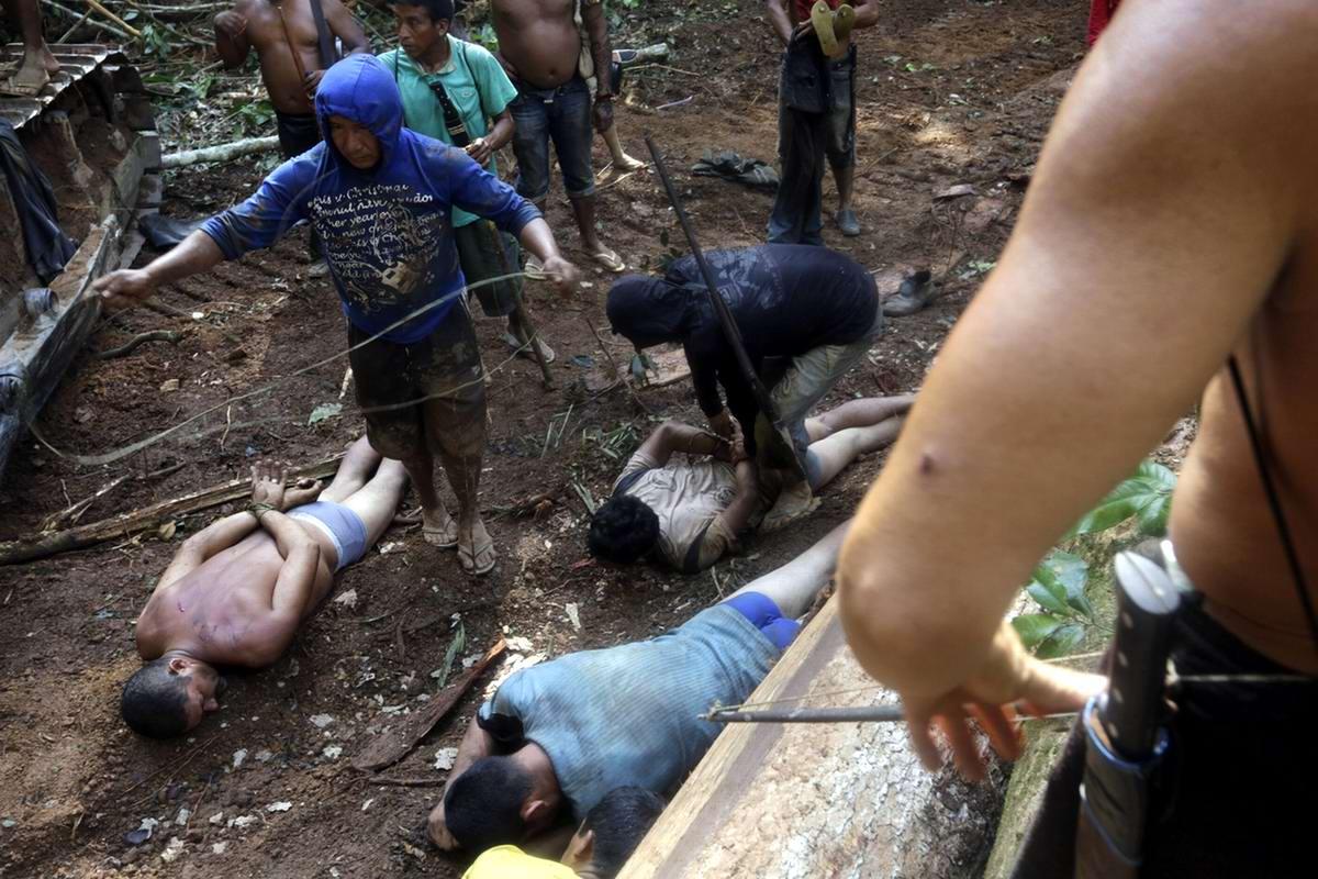 Связывание рук всем захваченным браконьерам с одновременным стягиванием с них штанов (1)