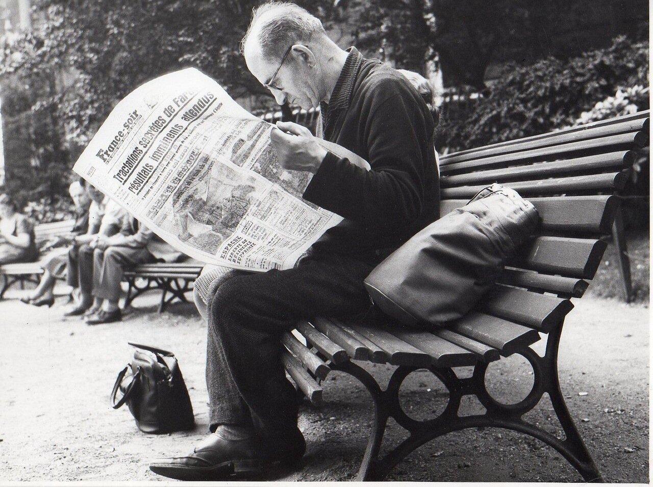 Мужчина с газетой