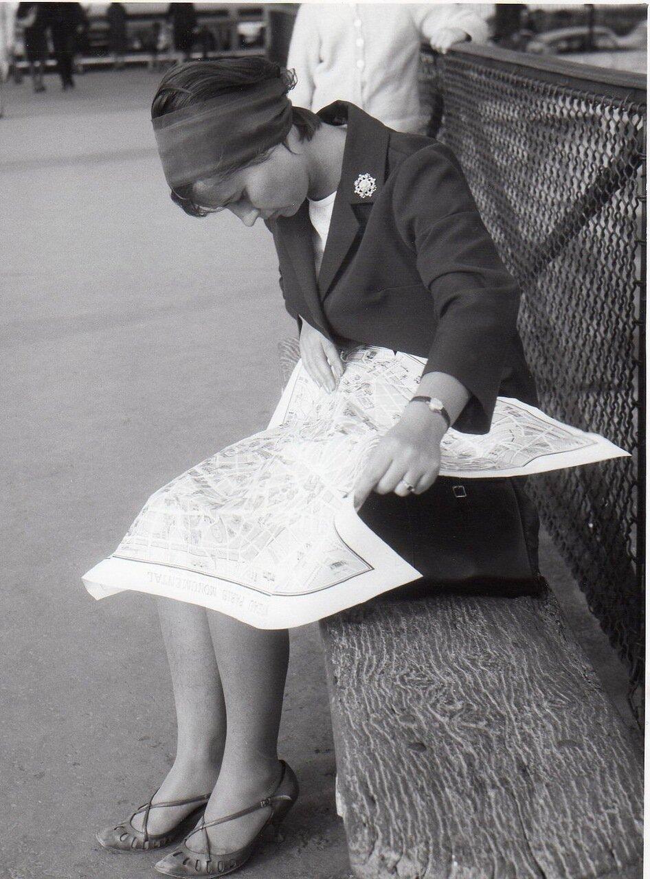 Маленькая дама и ее большой план Парижа