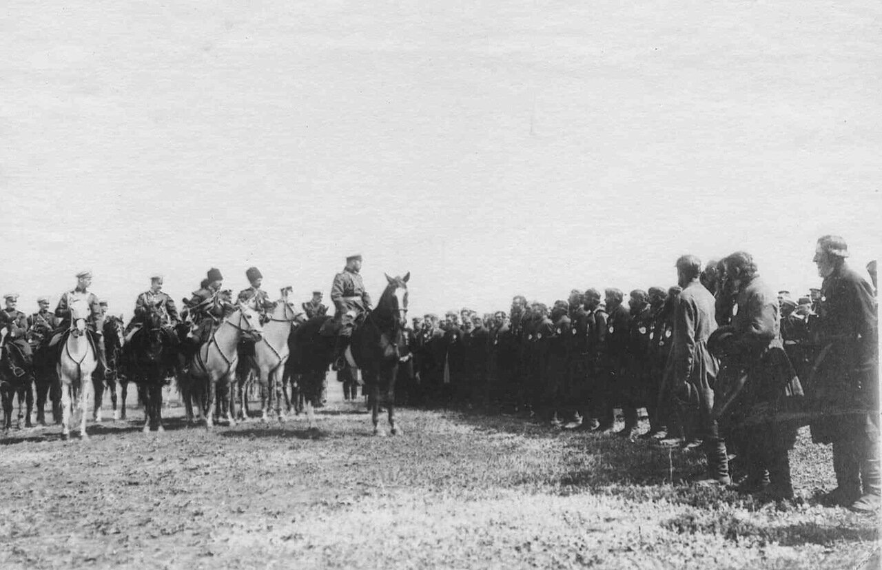 18. Император Николай II беседует с волостными старшинами во время приезда его к месту расположения войск, направляемых на Дальний Восток. Харьков