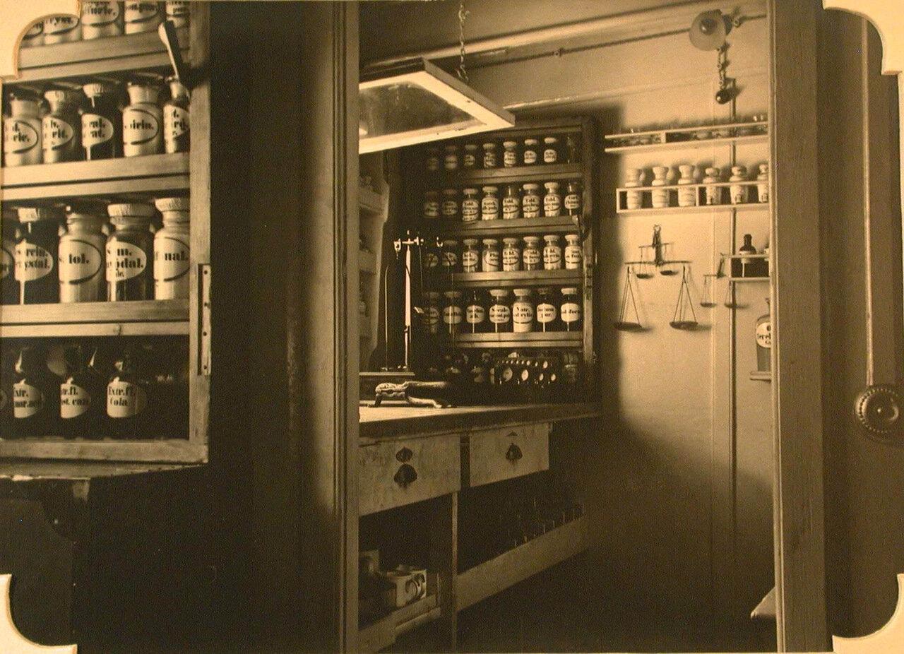 08. Внутренний вид аптеки госпиталя