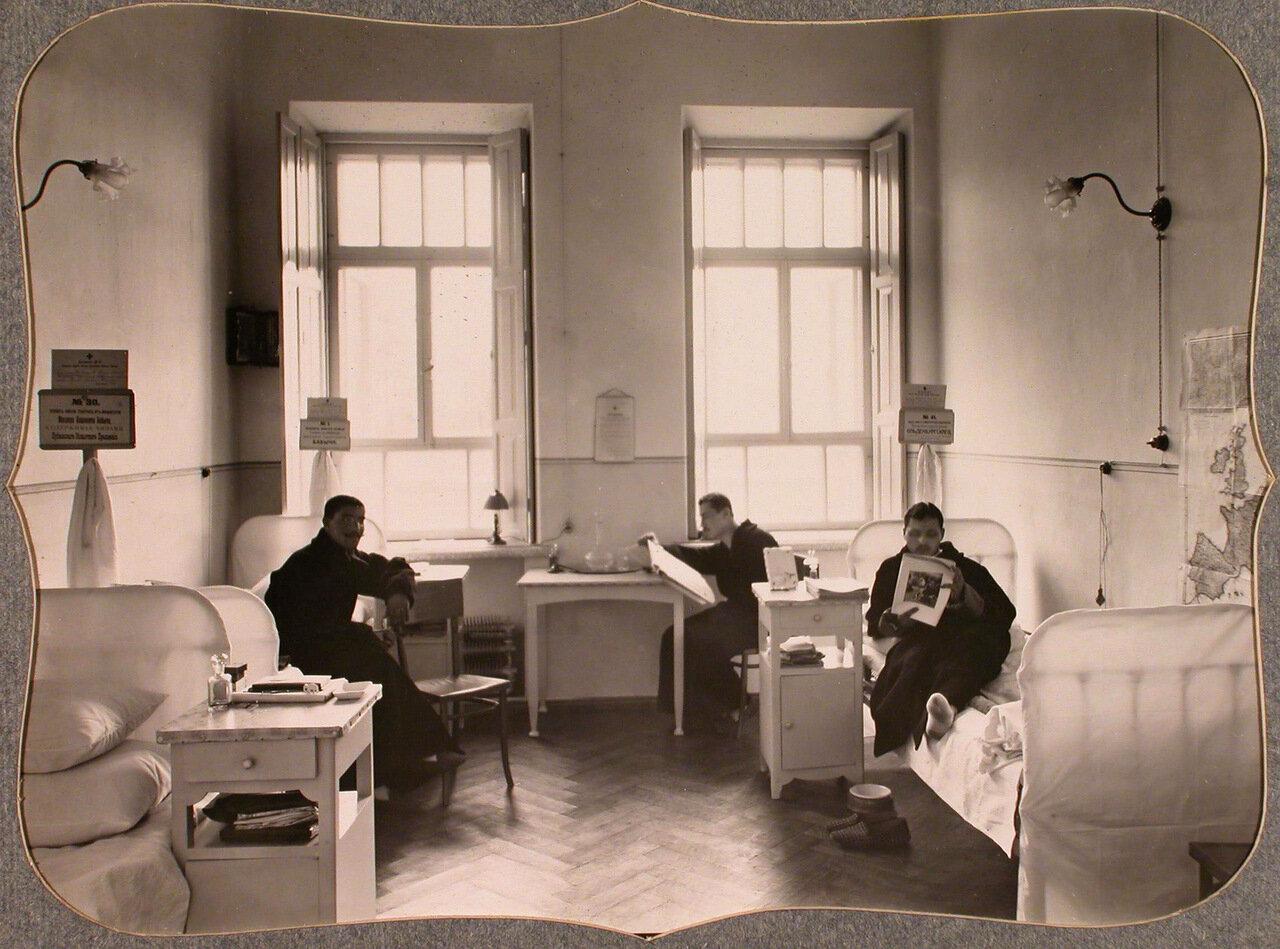 39. Раненые офицеры в трехместной палате лазарета общины
