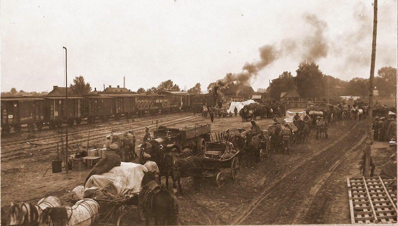 12. Беженцы в ожидании посадки в поезд на станции Ковель. 1915