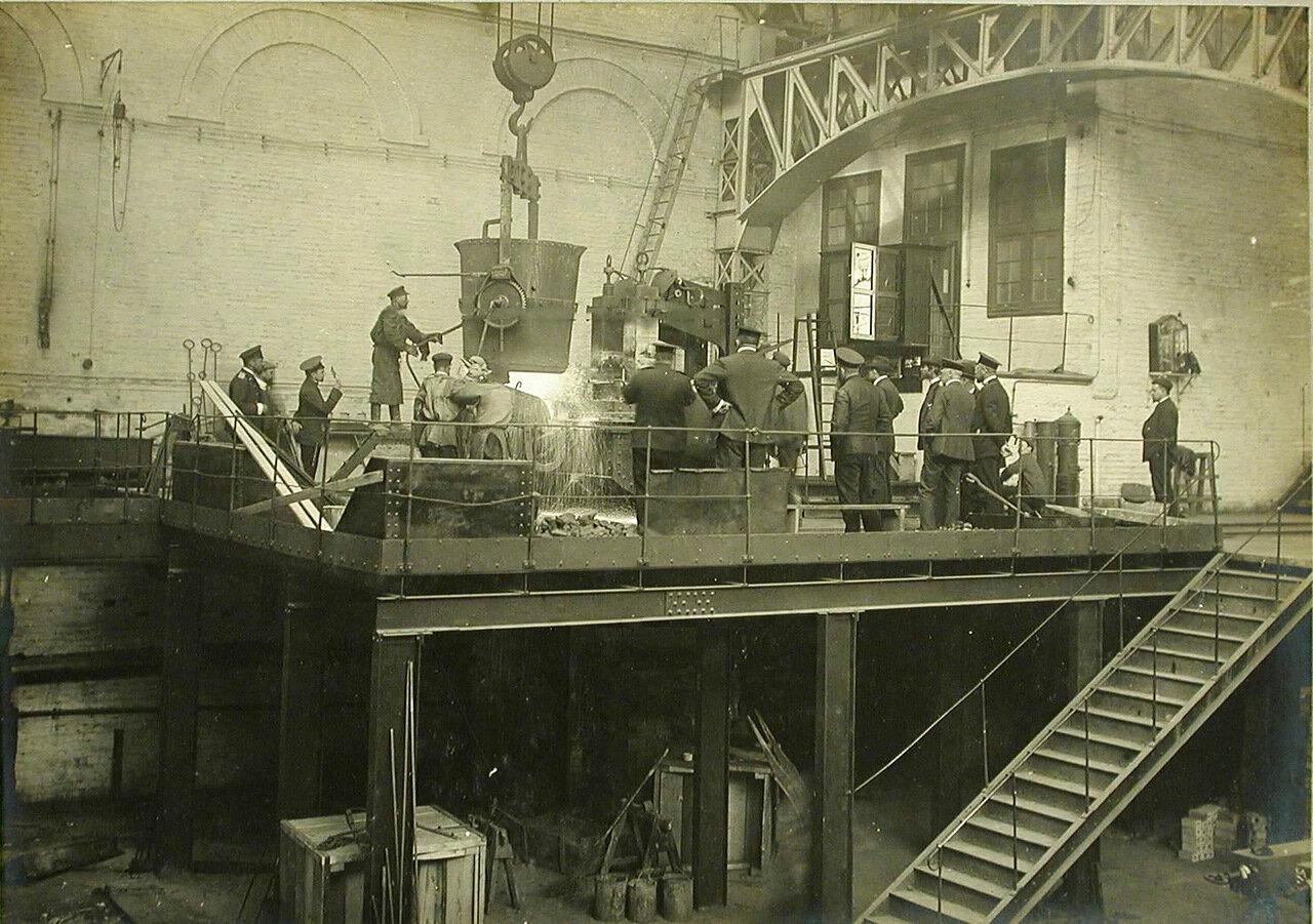 27. Группа инженеров и рабочих электросталелитейной мастерской Обуховского сталелитейного завода у электропечи наблюдают за процессом выплавки стали. 30 апреля 1910