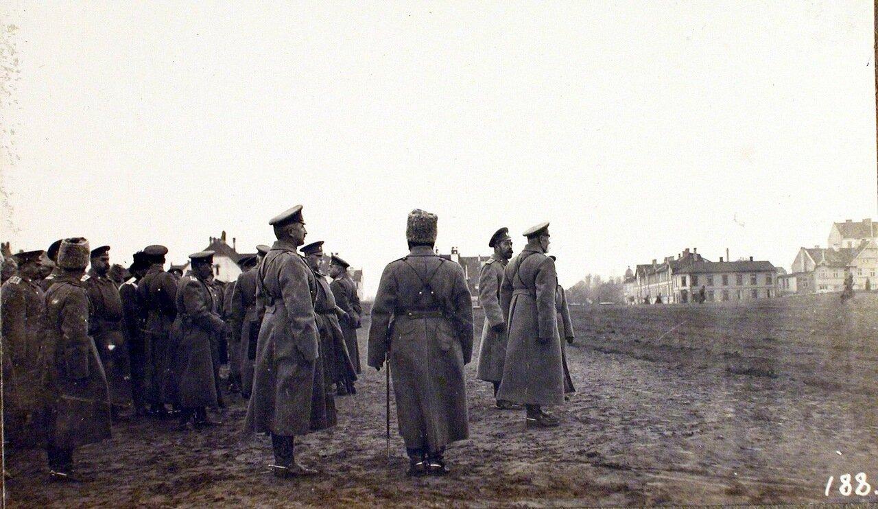12. Император Николай II (в центре), командующий XII армией генерал от инфантерии В. Н. Горбатовский (рядом с императором), начальник штаба Генерального штаба генерал-майор Беляев (слева перед группой) на плацу по окончании смотра воинских частей