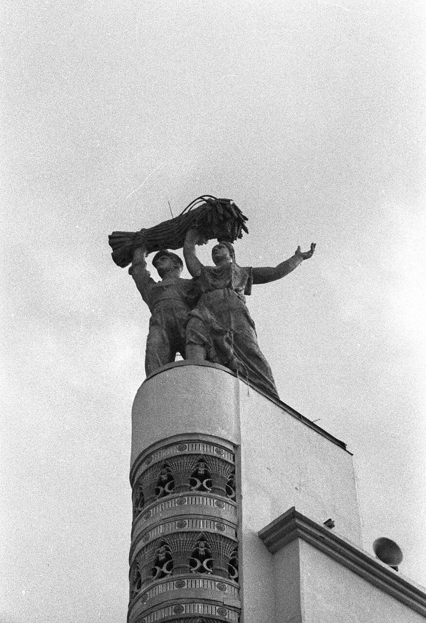 81. Стела Конституция возле Центрального павильона «СССР»