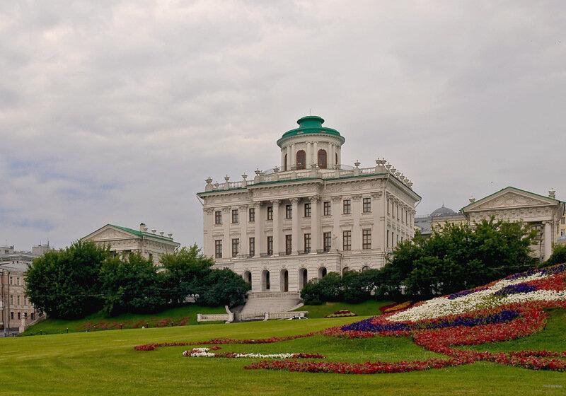 Москва.Пашков дом был построен в 1784—1786 гг. по заказу капитан-поручика лейб-гвардии Семеновского полка Петра...
