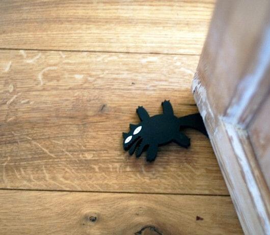 испуганный кот, дверной стоппер