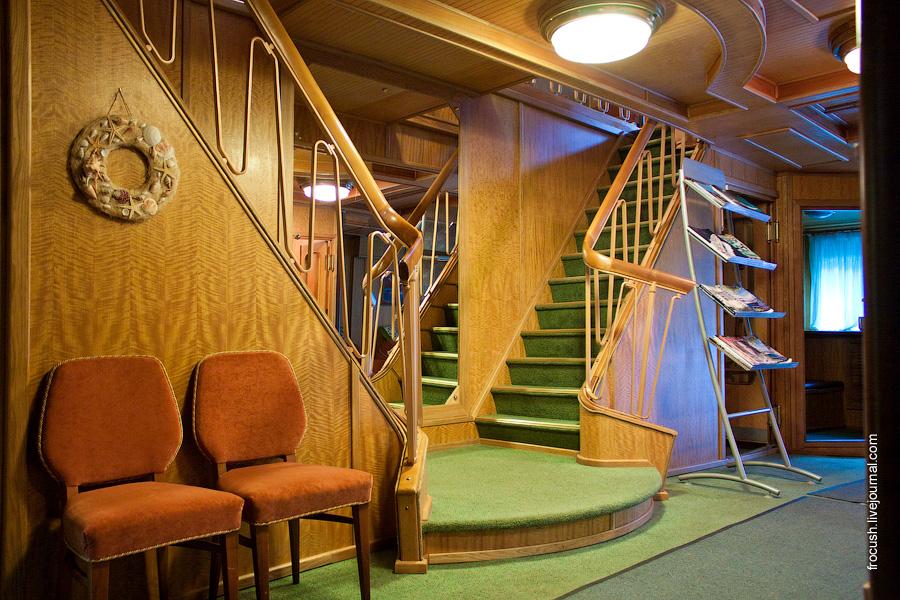 Холл на главной палубе теплохода «М.В.Ломоносов»