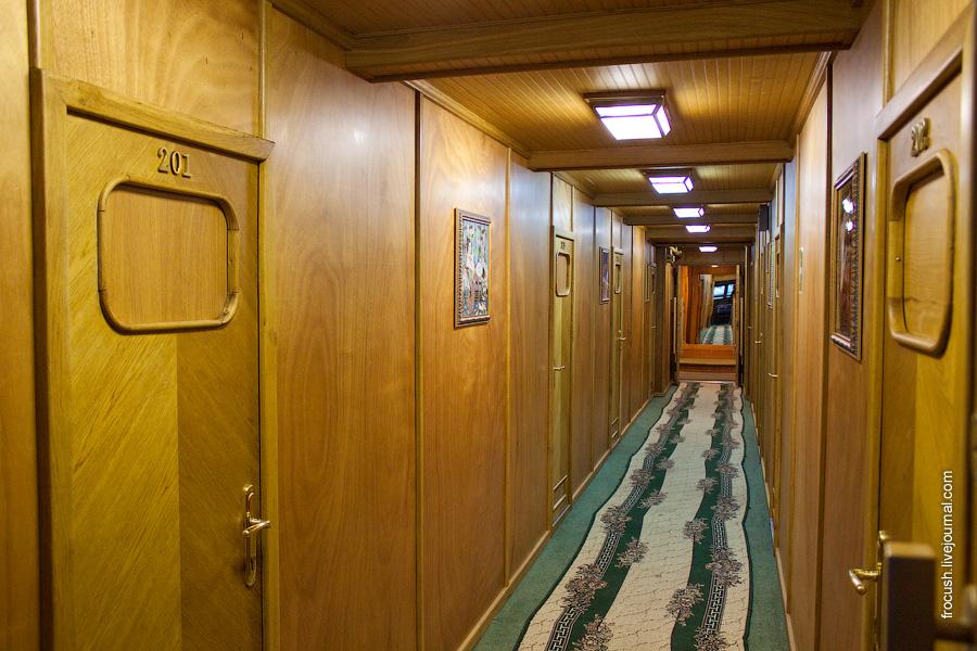 Коридор в носовой части главной палубы теплохода «М.В.Ломоносов»
