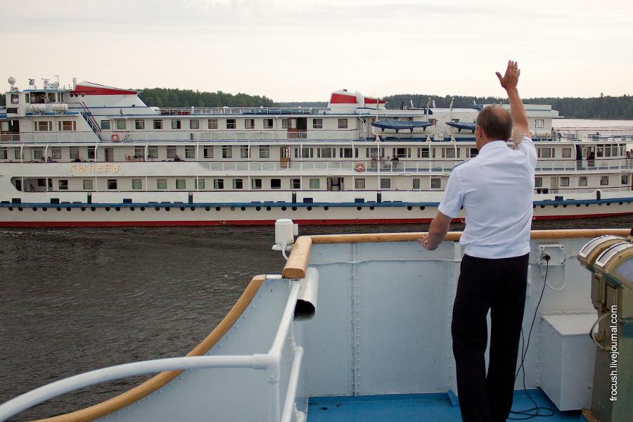 Капитанское приветствие при расхождении с теплоходом «Рылеев»