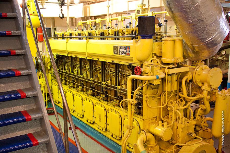 Машинное отделение теплохода «М.В.Ломоносов». Левый главный двигатель