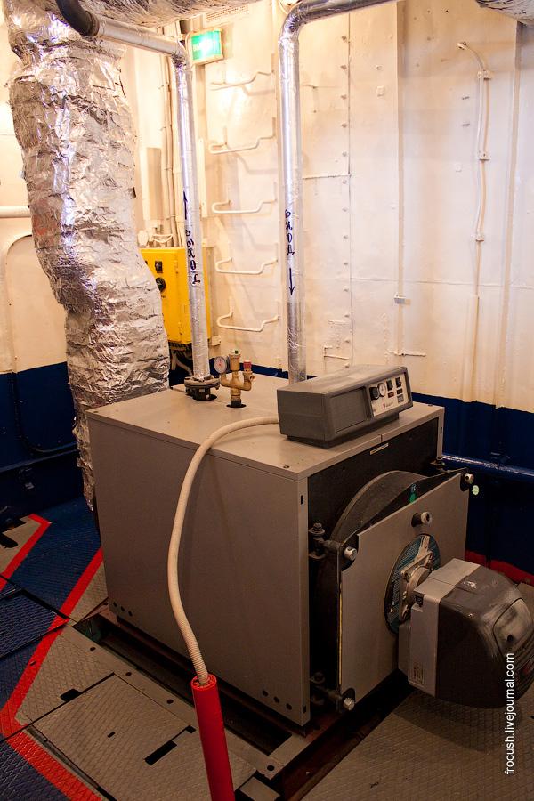 Машинное отделение теплохода «М.В.Ломоносов». Котел (обеспечивает горячее водоснабжение теплохода)