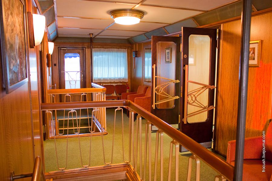 Холл на средней палубе теплохода «М.В.Ломоносов»